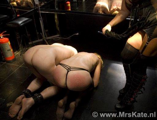 <Slaan  zweepzwepen whip Mrs Kate House of SubMission Den Haag